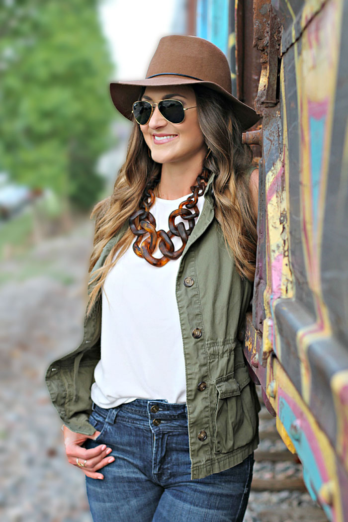 utility vest, ray ban, tortoise necklace, how to wear flare denim