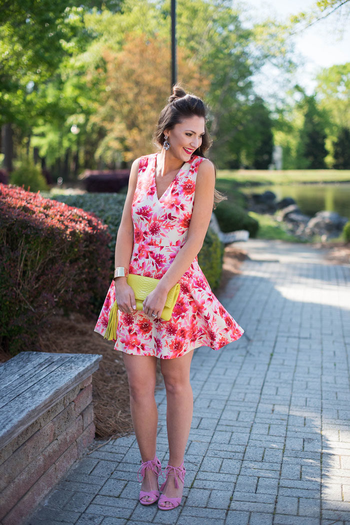 floral dress for summer paired with neon clutch and pink heels