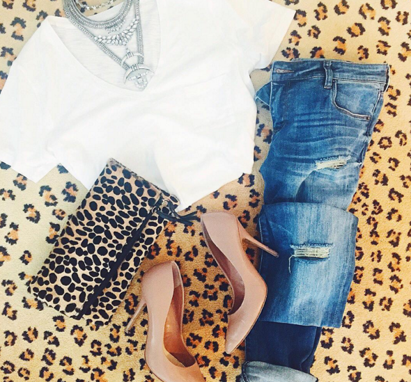 White t-shirt and boyfriend jeans are great inspiration for a casual chic outfit