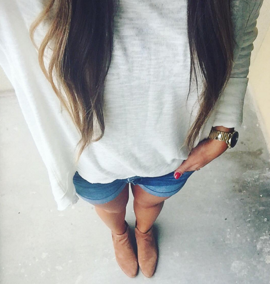 Ivory lightweight sweater with flat suede boots